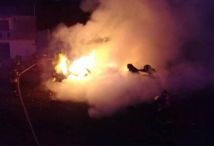 Un muerto, dos heridos y autos incendiados fue el saldo de una riña entre bandas de delincuentes, en Naucalpan