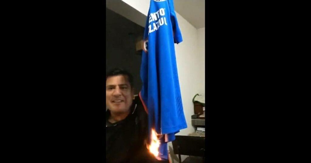 Fan los jugadores del Cruz Azul son pocoshue... y quema su camiseta (video)
