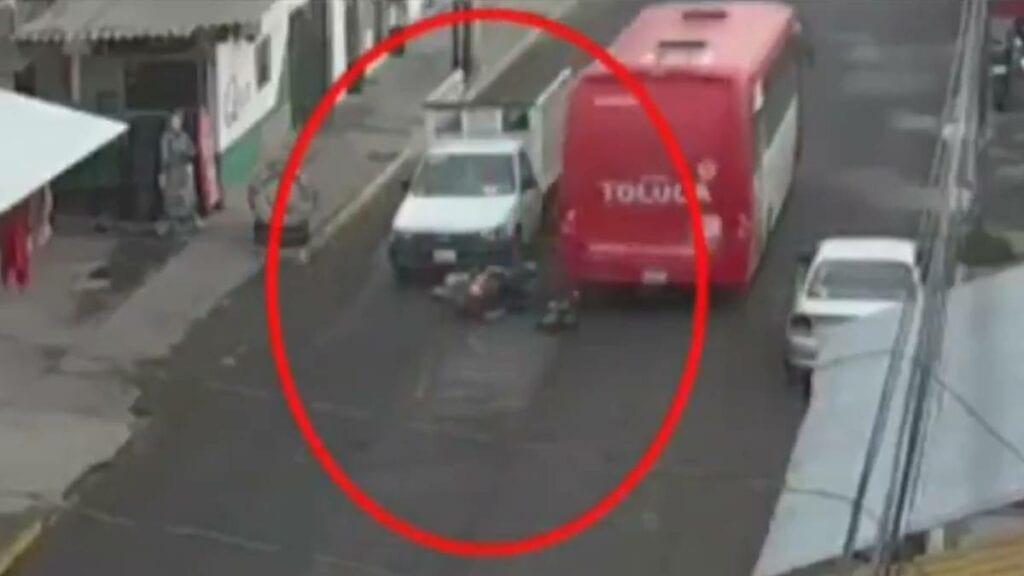 Muere una niña atropellada, culpan a un conductor e incendian su camión (video)