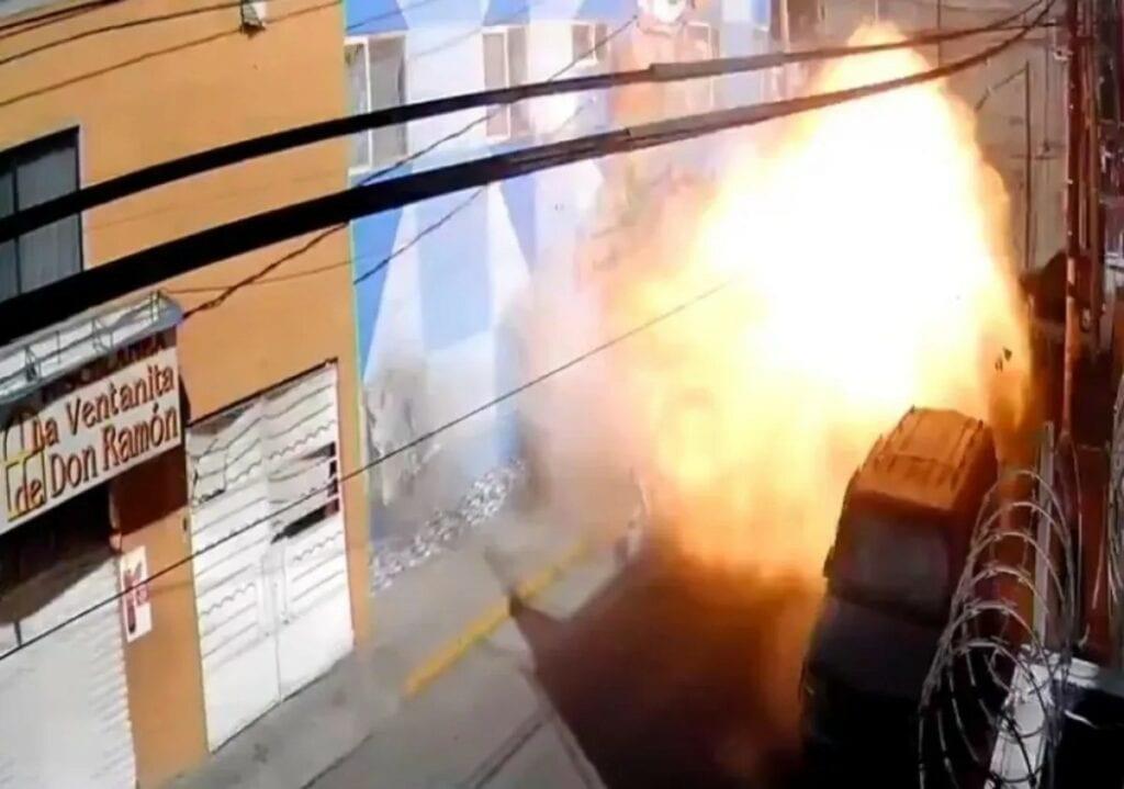 Explota pizzería y queda grabado en una cámara. Hubo2 heridos, 13 inmuebles y 7 vehículos dañados.