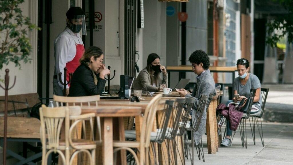 el Gobierno de la Ciudad de México llegó a un acuerdo y permitirá que los restaurantes vuelvan a abrir sus puertas a partir del próximo lunes 18 de enero, pese a la persistencia del semáforo rojo.
