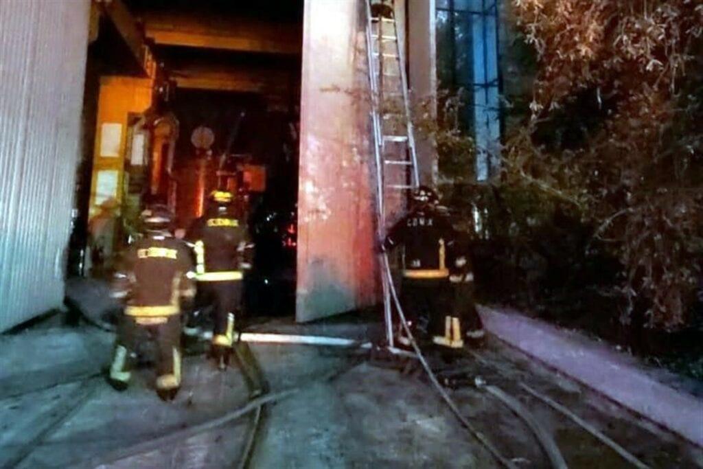 Además de la mujer muerta, 29 trabajadores resultaron intoxicados por el incendio.