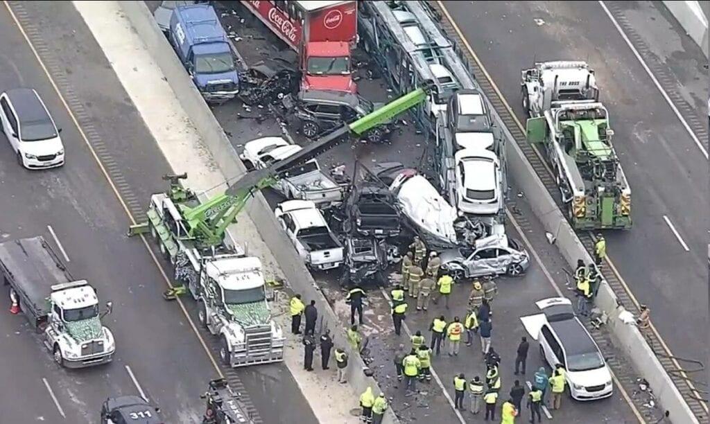 Fatal choque de 100 vehículos deja 5 muertos (videos e imágenes)
