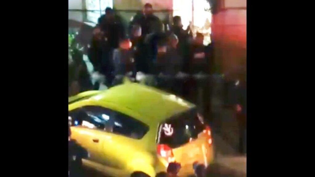 Vecinos defienden a vendedor de droga; arrestan a 6 (video)
