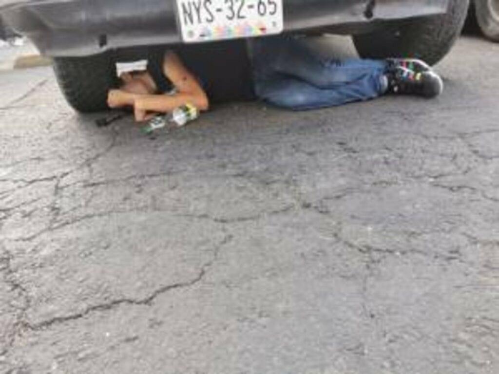 A plena la luz del día fueron asesinados dos sujetos en un tianguis instalado en calles de la colonia Valle Sur en la Alcaldía de Iztapalapa, dos mujeres comerciantes resultaron lesionadas y fueron trasladadas a un hospital.