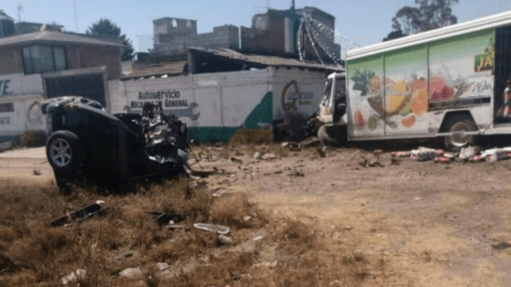 """Lo que se presume fue la falta de pericia del conductor de un camión de la empresa refresquera """"Jarritos"""", apagó las vidas de Carmen Ríos Alarcón de 69 años de edad y sus hijos Oscar y Erick Ríos Hernández, de 35 y 41 años de edad"""