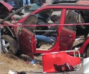 A la altura del kilómetro 32 de la autopista Toluca-Atlacomulco, la víctima, de nombre Octavio, viajaba a bordo de una Nissan X-trail cuando perdió el control al volante saliendo de la cinta asfáltica, la barra de acero atravesó literalmente al vehículo por la parte de enfrente.