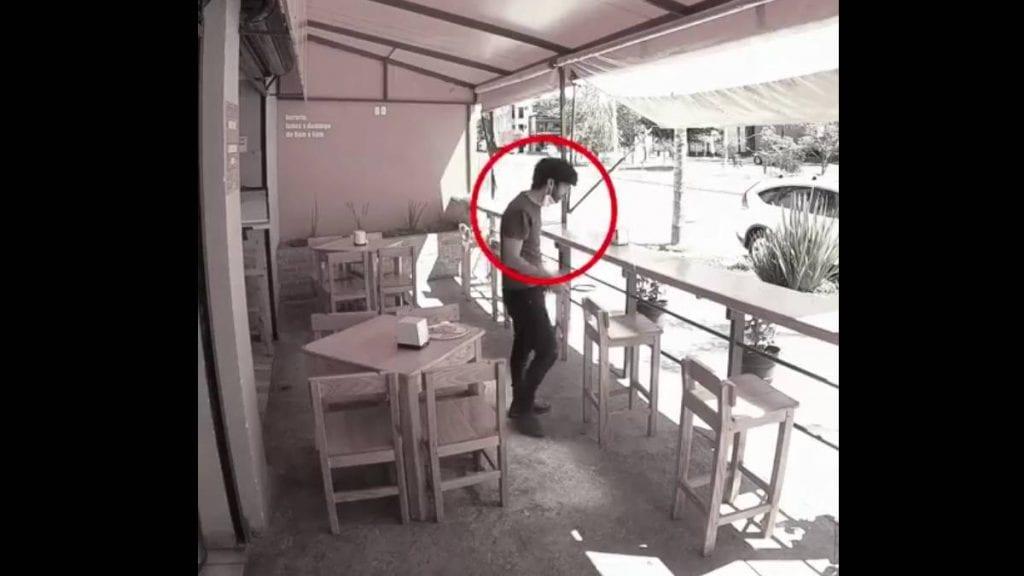 Video viral joven salva su vida gracias a una silla