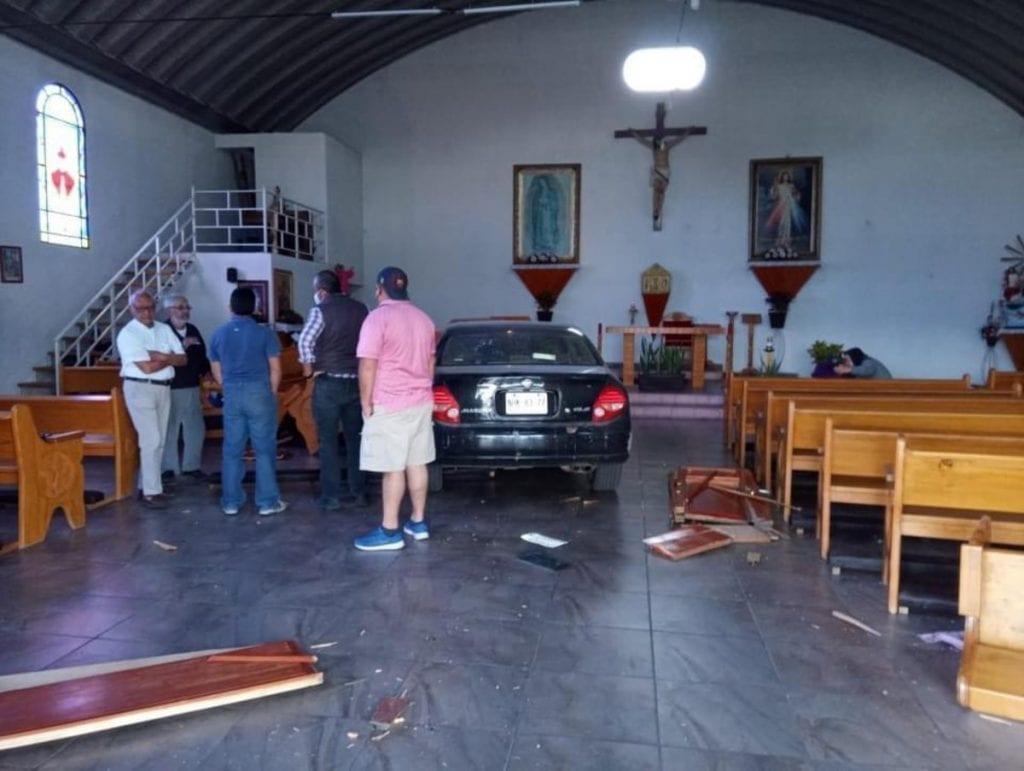 Tras presuntamente equivocarse de pedal, un automovilista de la tercera edad, terminó con todo y coche dentro de una iglesia en la colonia Javier Barrios en Jilotepec en la zona norte del Estado de México.