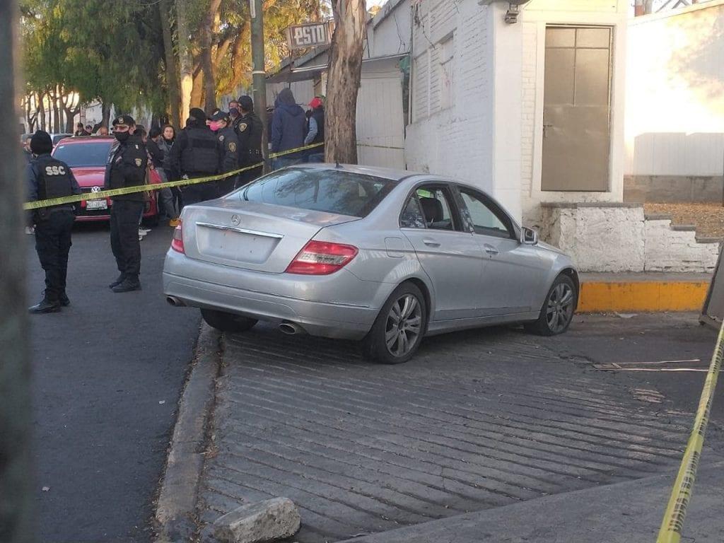 Un sujeto falleció después de enfrentarse con policías en la Alcaldía Álvaro Obregón, Ciudad de México, quienes habían recibido un reporte acerca de los tripulantes de un vehículo gris, quienes portaban armas de fuego.