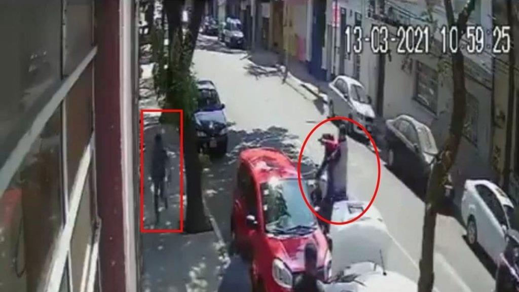 Un joven se salvó de ser asesinado por un par de motosicarios que le dispararon en calles de la Colonia Santa María La Ribera, Alcaldía Cuauhtémoc.