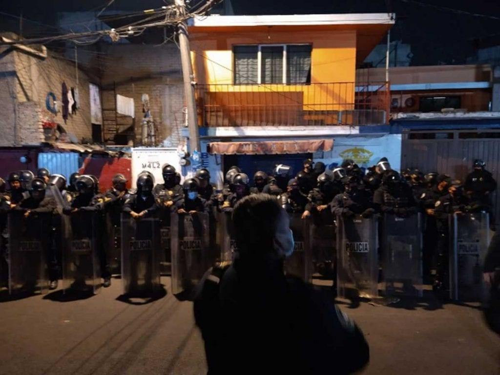 Elementos de la Secretaría de Seguridad Ciudadana(SSC) de la Ciudad de México, evitaron que una mujer fuera agredida por al menos100 personas, que señalaron, fueron presuntamentedefraudadas.