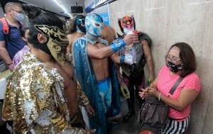 El Bandido, así como otros luchadores mexicanos salieron del ring para trasladarse a los vagones del Metro de la ciudad de México y promover el uso del cubrebocas para noquear al Covid-19.
