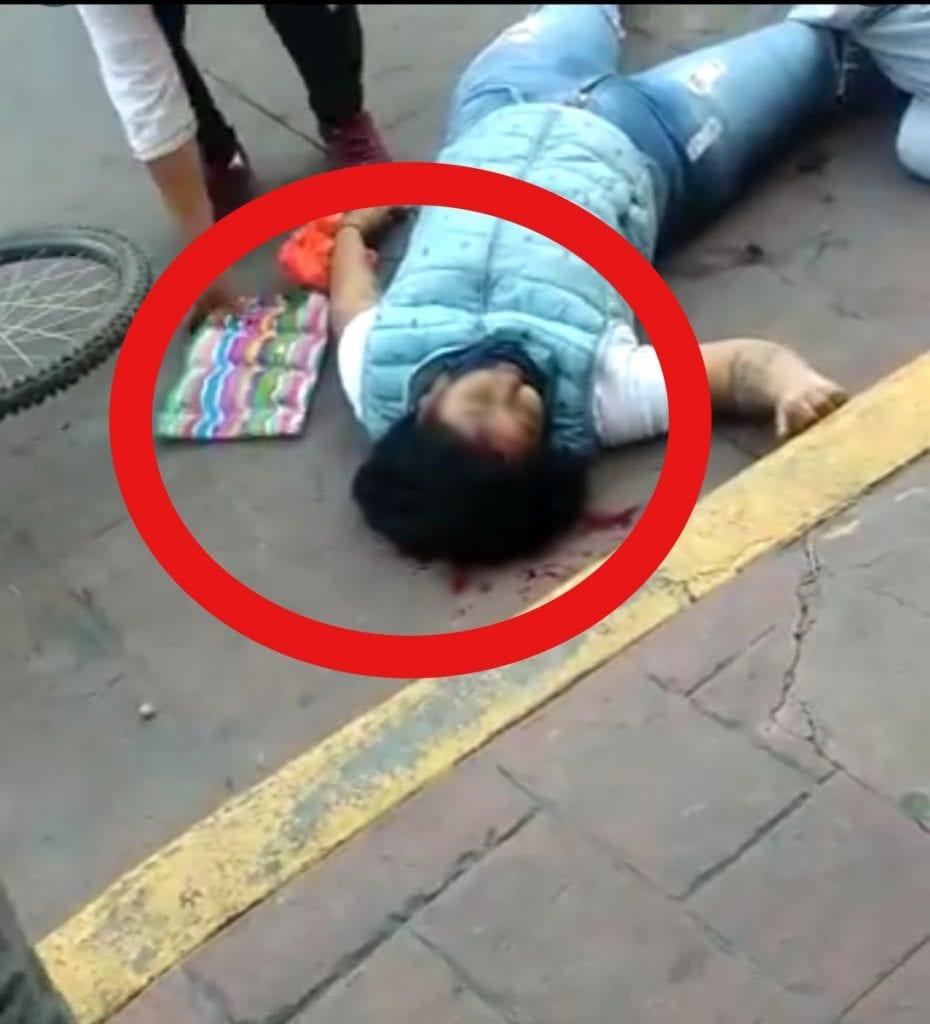 Dos mujeres que habían sido atacadas con un arma de fuego y se encontraban heridas de gravedad, también fueron víctimas de una mujer que les robó sus pertenencias, se observa en un video.