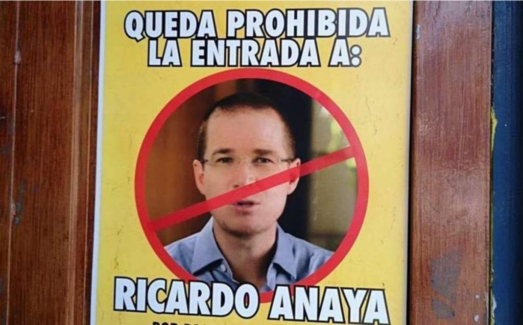 """Un bar de Coatepec, Veracruz, prohibió la entrada al ex candidato presidencial Ricardo Anaya con un cartel en la puerta del establecimiento y la difusión del mismo en redes sociales, esto por """"pasarse de lanza con las caguamitas""""."""