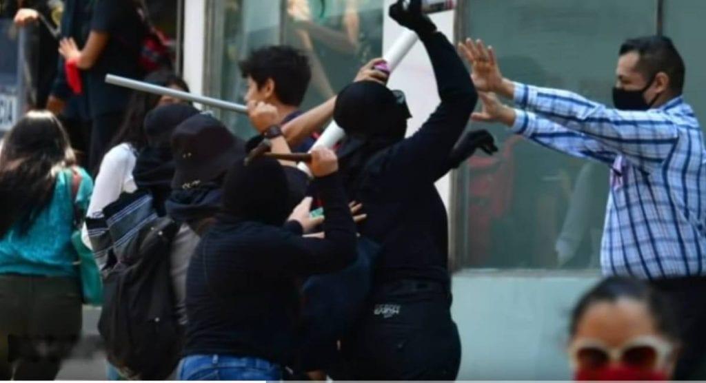 Videos feministas marchan porque fueron agredidas por comerciantes ambulantes