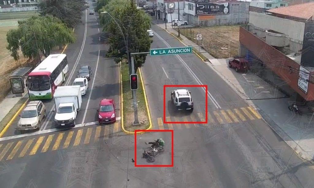 En las inmediaciones del municipio de Metepec, Estado de México, el conductor de una camioneta que se pasó el alto atropelló a un motociclista.
