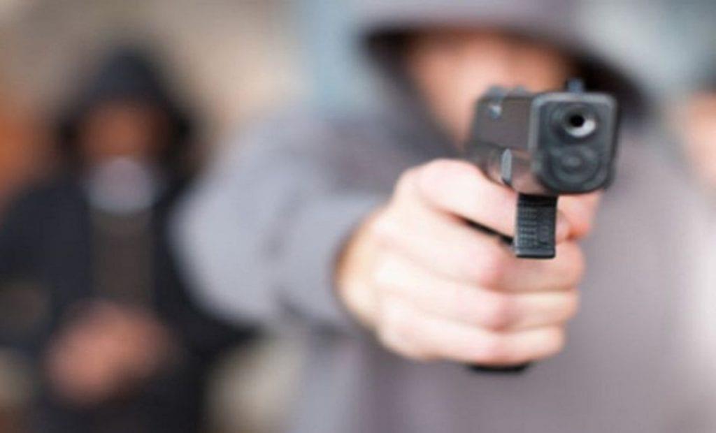 Cámaras de seguridad captaron el momento en quetres asaltantes hacen de las suyas en una unidad detransporte públicoen el municipio deEcatepec, Estado de México.