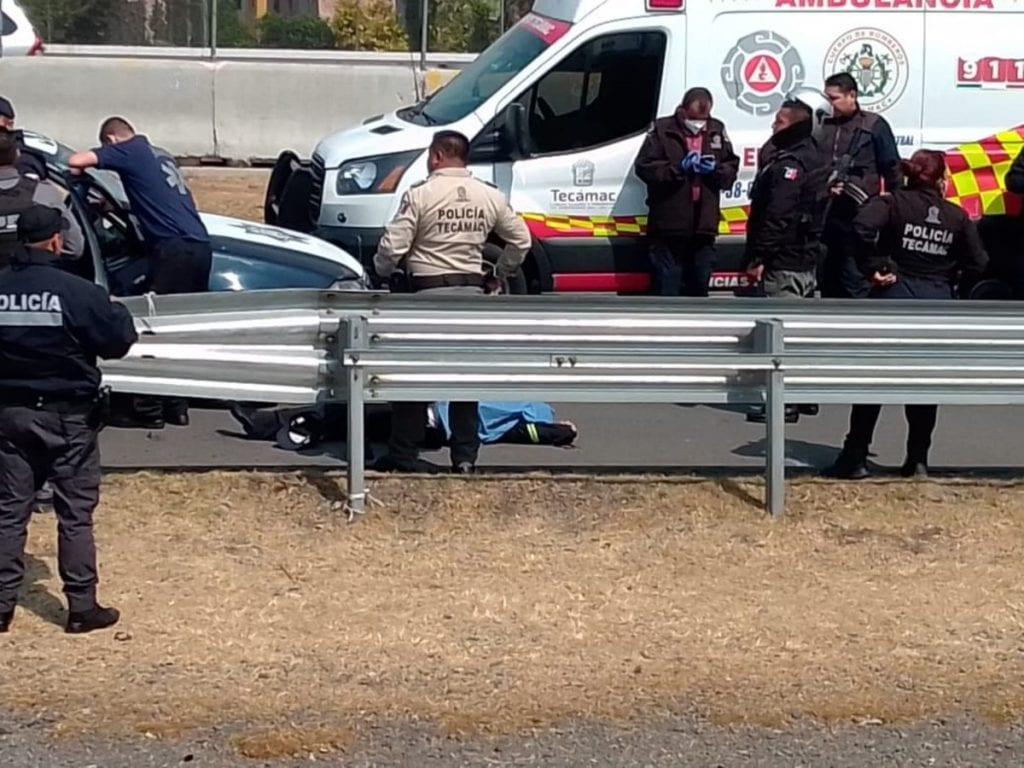 Dos policías mexiquenses fueron baleados tras una persecución sobre la la autopista México-Pachuca antes del mediodía de este miércoles; uno perdió la vida y el otro resultó lesionado.