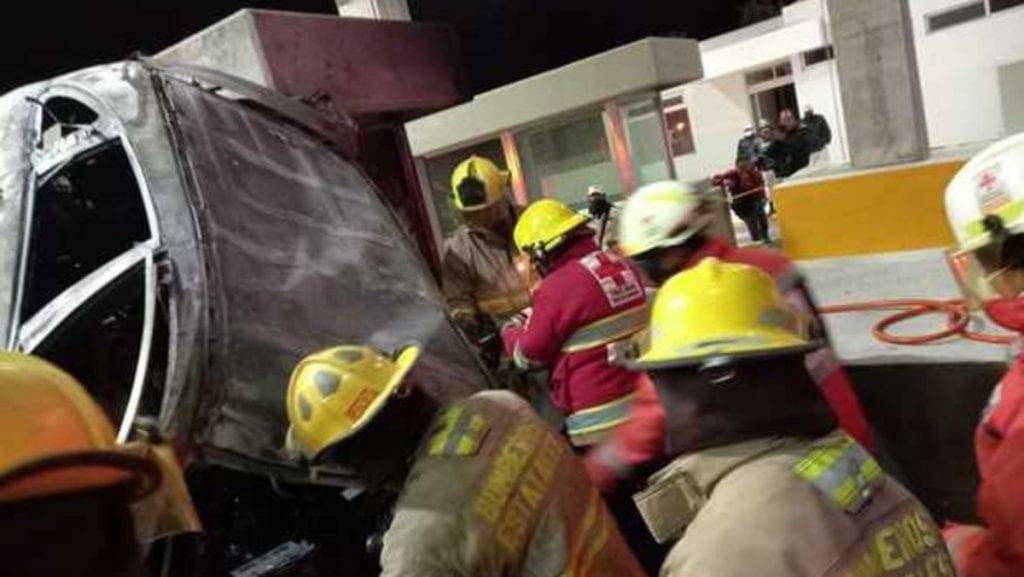 Dos personas murieron luego de un accidente registrado encarriles de la Puerta de Acceso Oriente,ubicada en la carretera federal 70 de Aguascalientes, debido a que una camioneta se impactó contra las casetas del lugar.
