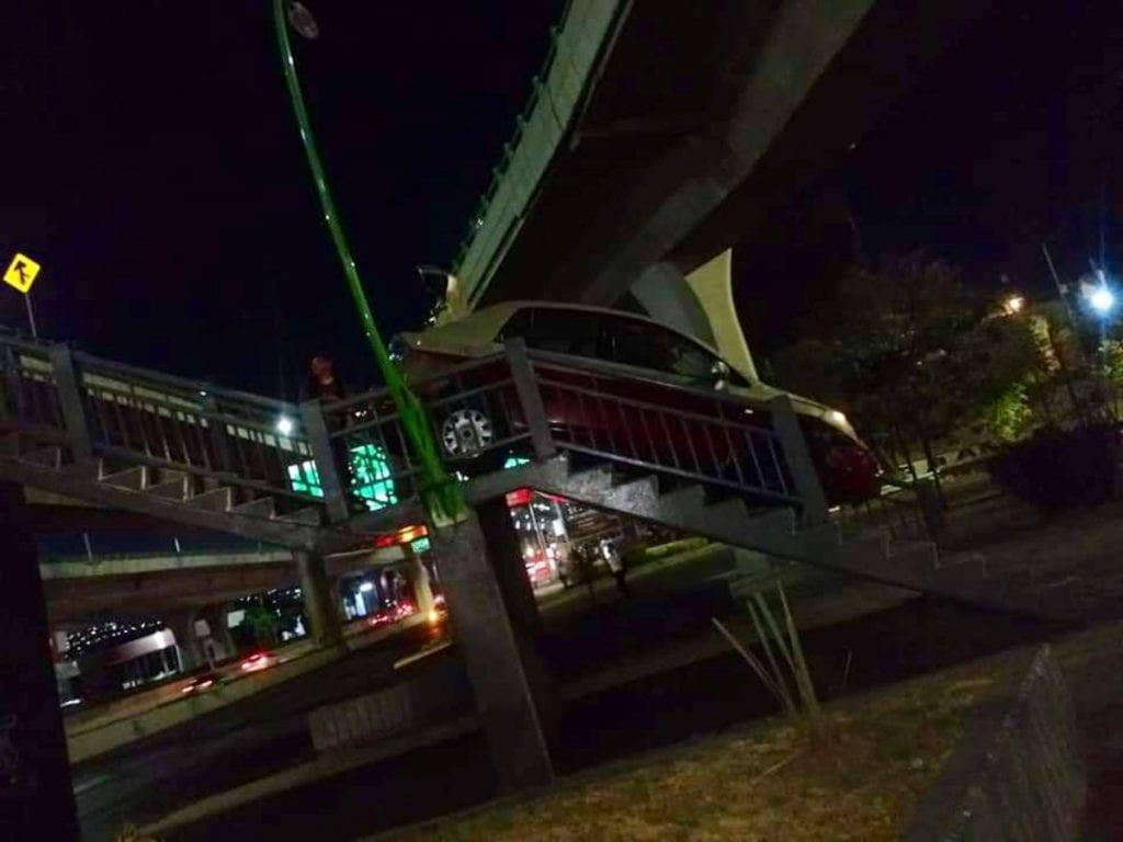 En completo estado de ebriedad un conductor se subió con todo y auto a un puente peatonal ubicado en Naucalpan, Estado de México.