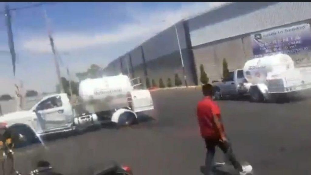 En video fue captado el momento en que unosgaseros se enfrentaron con todo y unidades en calles del municipio de Texcoco.
