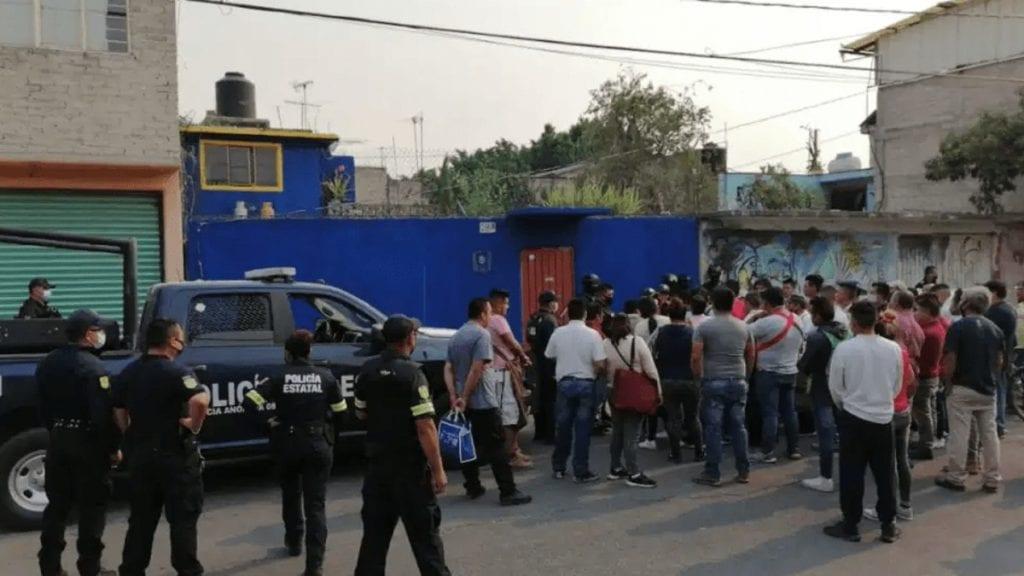 Comerciantes de un tianguis agredieron a un sujeto que presuntamente realizó tocamientos a una niña de 10 años y posteriormente fue entregado a la policía municipal de Valle de Chalco, Estado de México.