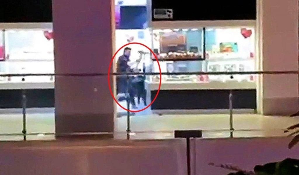 Cuatro hombres armados, uno de ellos con un marro, asaltaron una joyería de Plaza Mundo E, en Tlalnepantla, Estado de México