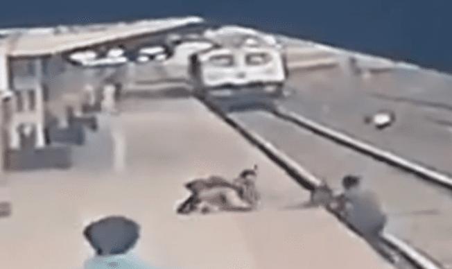 Video: tren por poco mata a niño que cae a las vías_01