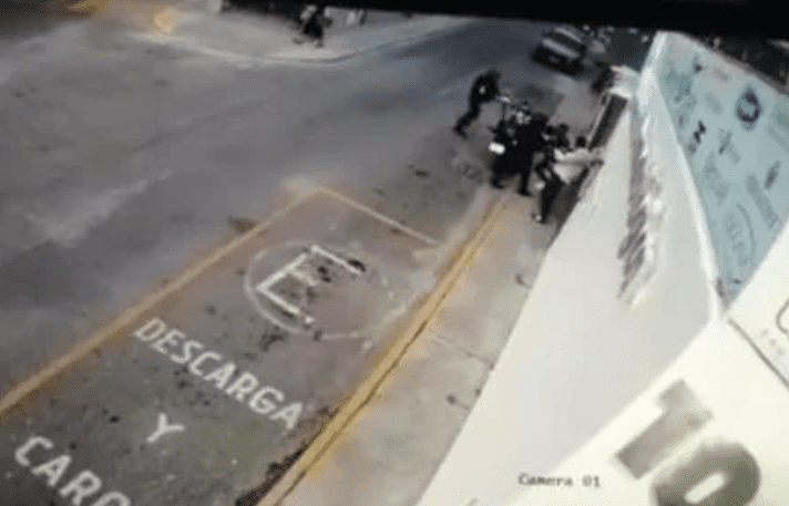 Video: policías disparan sin motivo a empleados de herrería_01