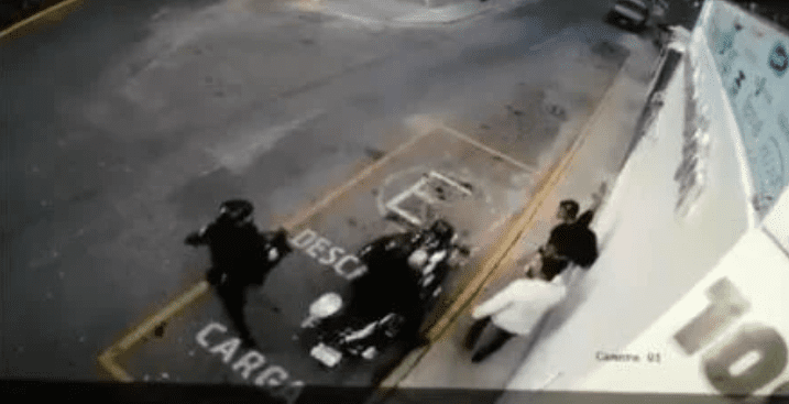 Video: policías disparan sin motivo a empleados de herrería_02