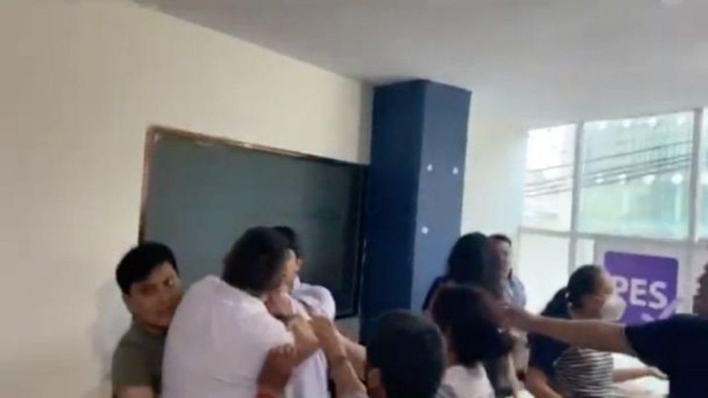 Militantes delPartido Encuentro Solidario (PES) Tlaxcalase agarraron a golpes durante una reunión en la que negociaban el reparto de candidaturas para integrantes de ayuntamientos.