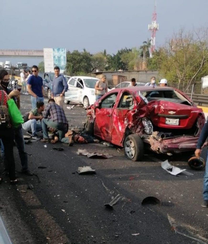 Una pipa que transportaba gas natural se quedó sin frenos en el distribuidor vial Palmira al sur de Cuernavaca, Morelos, y dejó al menos 20 personas lesionadas que fueron trasladadas a hospitales para recibir atención médica.