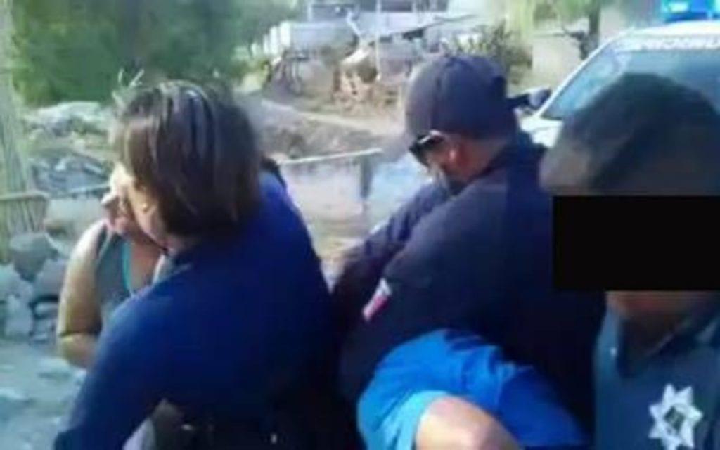 En un video captado por un ciudadano se observa a policías municipales de la población deSan Sebastián Zinacatepec, Puebla,someter de manera brutal a una familia, entre los detenidos, se encuentra unamujer embarazada.