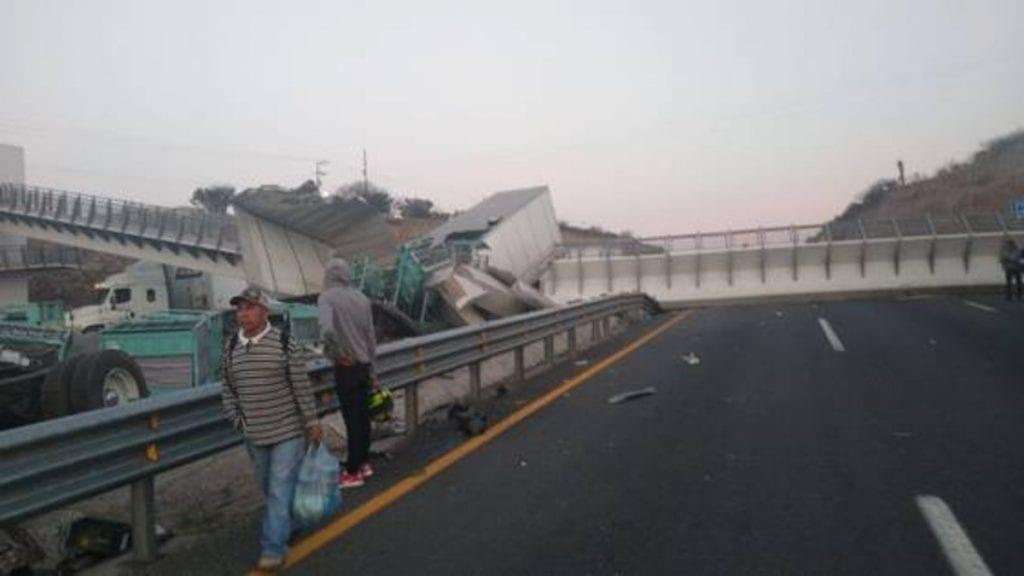 Un puente peatonal de la carretera 57 se cayó sobre un tráiler, a la altura de la comunidad Enramadas, perteneciente al municipio de Santa María del Río, en San Luis Potosí, provocando serios daños también en otras unidades de transporte y colapsando el tráfico de la zona.