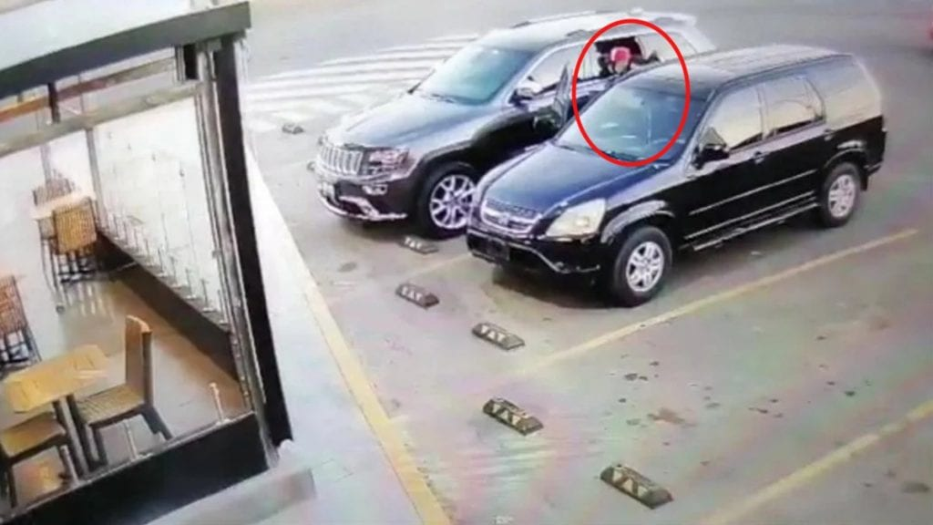 En video se observa el robo con violencia de vehículos justo cuando los conductores y acompañantes cargan combustible en gasolineras ubicadas en la carretera León-Silao, en el estado de Guanajuato.