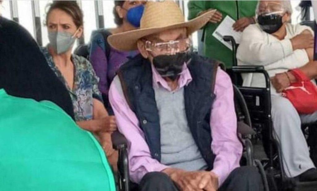 En una de las pocas imágenes que se tienen del expresidente Luis Echeverría Álvarez tras dejar su mandato en 1976, el exmandatario fue captado en el estadio Olímpico Universitario al recibir la que sería su segunda dosis de la vacuna contra Covid-19.