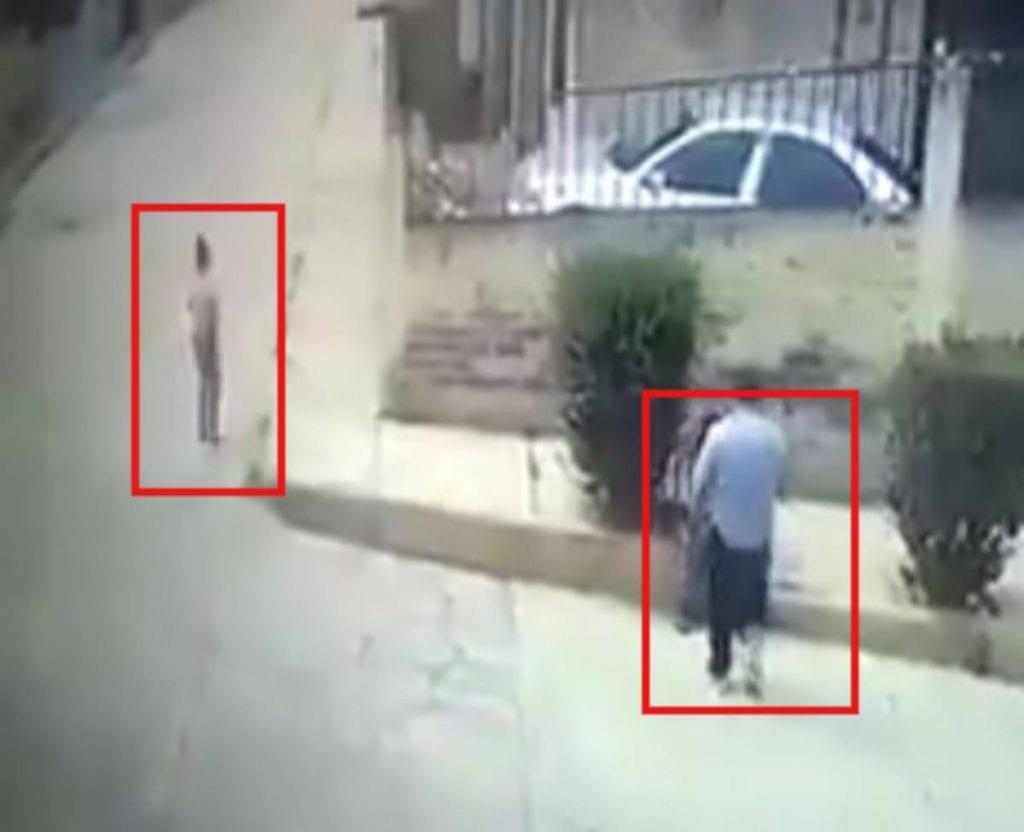 Un asalto fue captado por cámaras de seguridad instaladas en calles del municipio de Cuautitlán Izcalli, en el Estado de México, donde un adulto mayor fue golpeado.