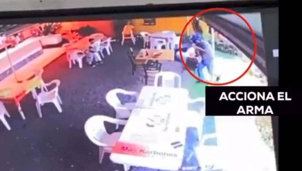 Unniño de cinco añosperdió la vida luego de sufrir unimpacto de bala en el tóraxdurante un asalto dentro de un restaurante.La madre y la abueladel niño resultaron lesionadas, por lo que fueron hospitalizadas en el municipio deTemixco, Morelos.