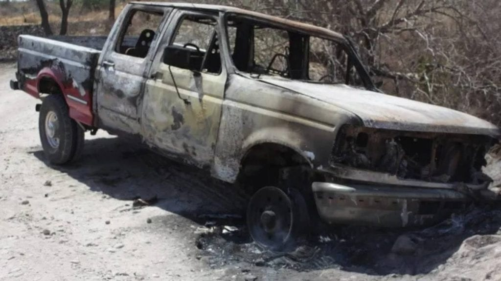 Entre tierra, piedras y maleza de un camino que conduce a la comunidad Lo de Juárez, policías municipales encontraron los cadáveres de dos hombres. A unos metros también se localizó una camioneta calcinada.