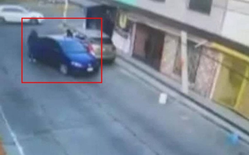 A través de redes sociales se viralizó un video en el que se aprecia a una mujer, en tacones, corriendo para evitar ser víctima de un asalto en calles de Ecatepec, Estado de México.