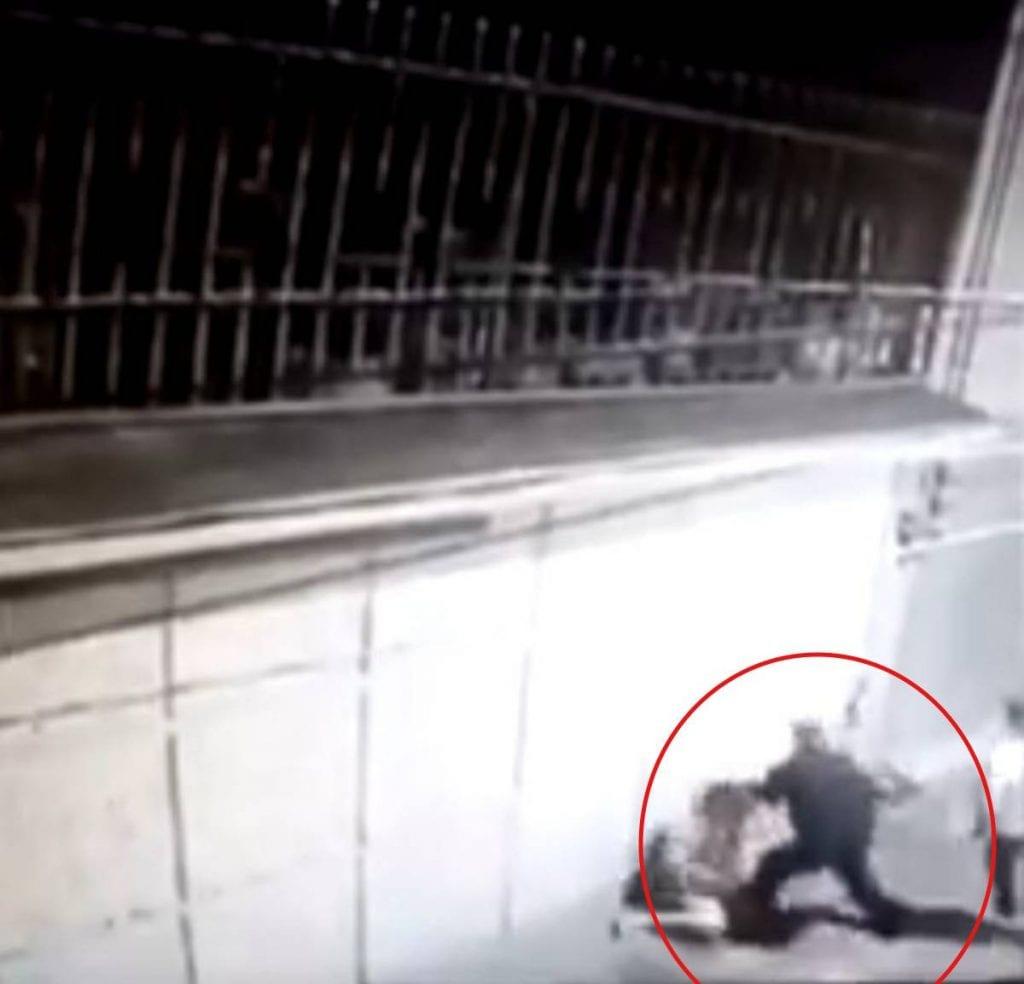 Unamujeresagredidaagolpespor unhombreen calles deToluca,Estado de México y todo quedó grabado en una cámara de seguridad.