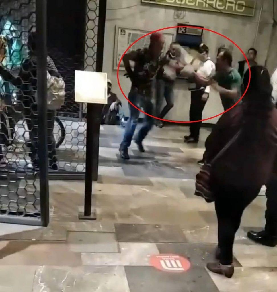 Dos hombres pelearon en una estación del Metro de la Ciudad de México ante la presencia de policías capitalinos, quienes no intervienen en el incidente.
