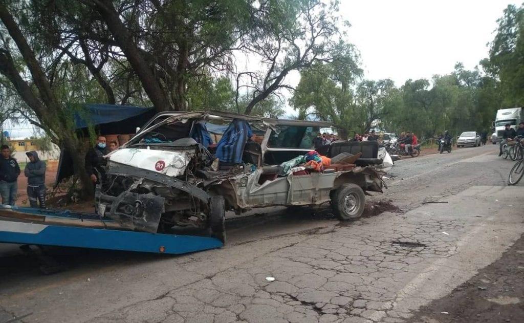 En redes sociales difundieron el momento exacto del choque entre una combi y un tráiler en el municipio deZumpango, Estado de México.