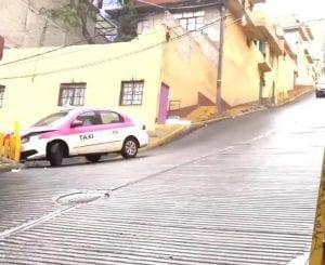 El accidente que sufrió un taxista quedó grabado, pero llamó más la atención el final que por lo aparatoso del impacto.