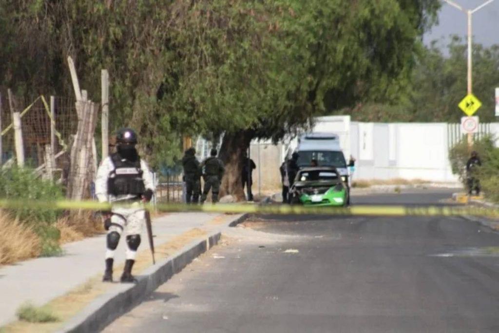 Hombres armados le cerraron el paso a un taxista para luego arrojarle un explosivo e incendiar su auto, la pasajera que llevaba el chofer resultó herida.