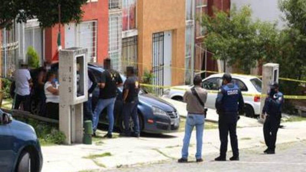 El cuerpo de una mujer de 45 años de edad de nombre Gloria, a la que le perforaron los intestinos y le quemaron el rostro con ácido, fue hallado por su ex esposo en el fraccionamiento Galaxia La Calera, en Puebla.