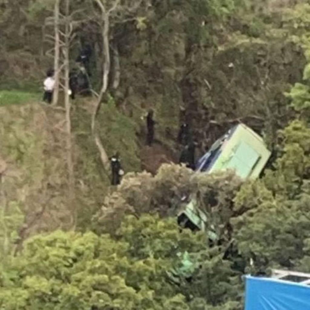 Un autobús de transporte público se desbarrancó y dejó como saldo preliminar 19 personas lesionadas, reportó la Secretaría de Gestión Integral de Riesgos y Protección Civil.