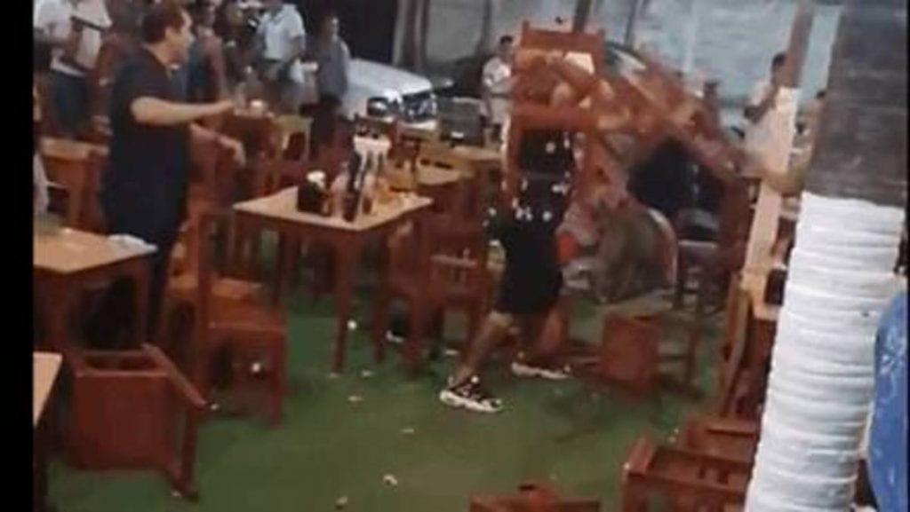 La celebración por el triunfo de Cruz Azul terminó a sillazos y golpes en un bar de la zona turística de Boca del Río en Veracruz.