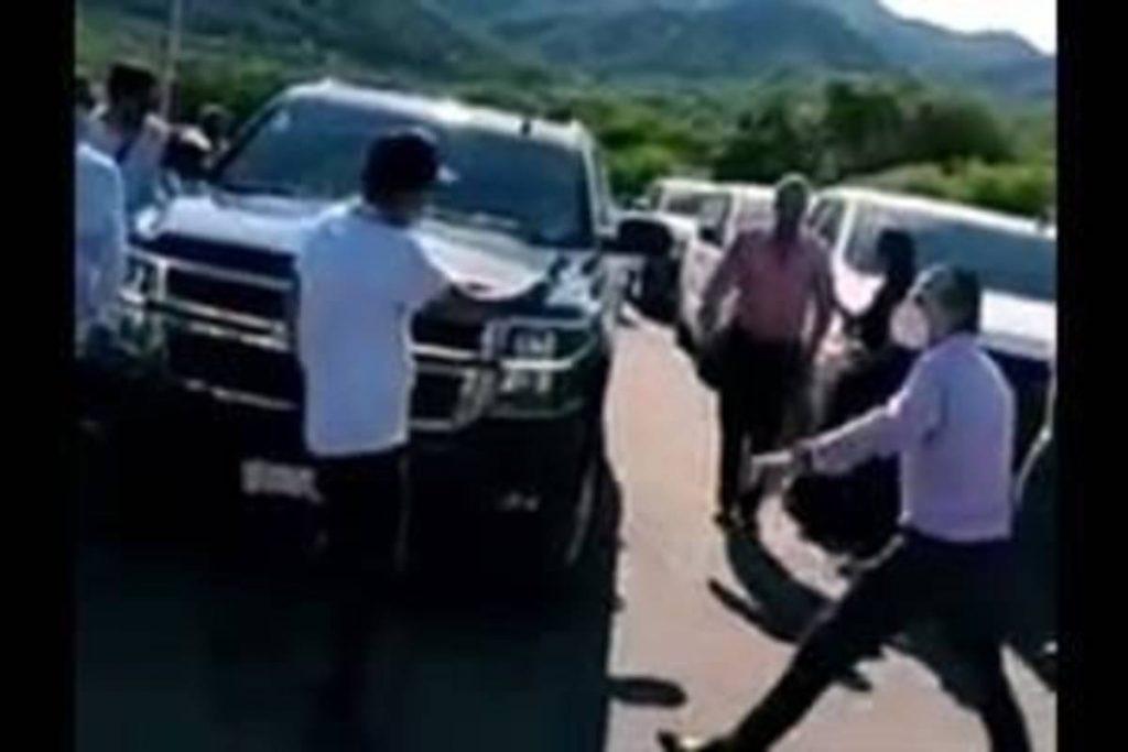 Habitantes del Municipio duranguense de Tamazula le cerraron el paso al convoy en el que viajaba el Presidente Andrés Manuel López Obrador y obligaron al Gobernador de Sinaloa, Quirino Ordaz, a abrir una mesa de diálogo para resolver el asesinato de dos jóvenes que presuntamente fueron ultimadas por agentes estatales.
